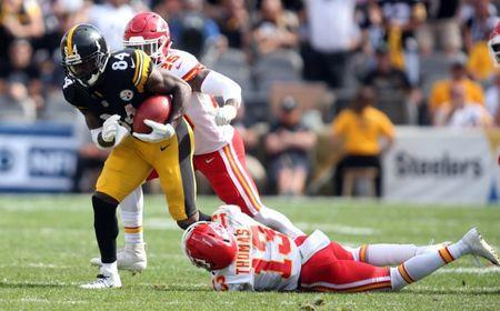 Sep 16, 2018; Pittsburgh, PA, USA; Pittsburgh Steelers wide receiver Antonio Brown (84) returns a free kick against Kansas City Chiefs defensive back Armani Watts (25) and wide receiver De'Anthony Thomas (13) during the fourth quarter at Heinz Field. Kansas City won 42-37. Mandatory Credit: Charles LeClaire-USA TODAY Sports