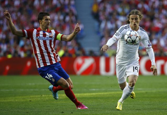 Real Madrid's Luka Modric (R) controls the ball as Atletico Madrid's Gabi (L) moves in during their Champions League final soccer match at the Luz Stadium in Lisbon May 24, 2014. REUTERS/Kai Pfaffenbach (PORTUGAL - Tags: SPORT SOCCER)