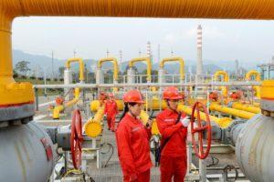 <em>Workers inspect a pipeline at a natural gas facility run by Sinopec in southwest China's Sichuan province. Photo Credit: Reuters</em>