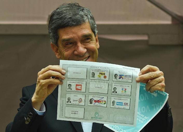 Bogota mayoral candidate Rafael Pardo shows his ballot at the Bolivar Square in Bogota on October 25, 2015 (AFP Photo/Luis Acosta)