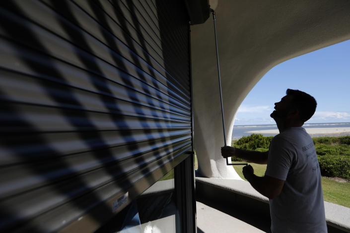 <p>Chris Brace, from Charleston, S.C. lowers hurricane shutters on a client's house in preparation for Hurricane Florence at Sullivan's Island, S.C., Monday, Sept. 10, 2018. (Photo: Mic Smith/AP) </p>