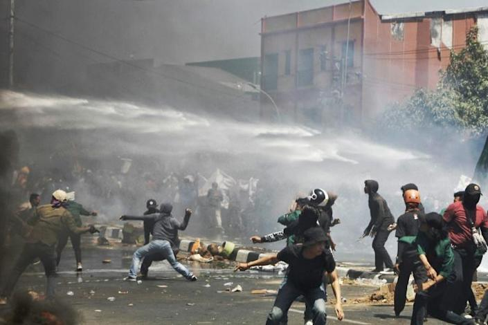 Riot police used water cannon against protesters in Sulawesi (AFP Photo/Andri SAPUTRA)