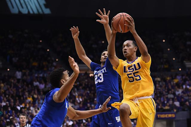 BATON ROUGE, LA - JANUARY 05: Tim Quarterman #55 of the LSU Tigers drives to the basket against Jamal Murray #23 and Marcus Lee #00 of the Kentucky Wildcats during the second half of a game at the Pete Maravich Assembly Center on January 5, 2016 in Baton Rouge, Louisiana. LSU defeated Kentucky 85-67. (Photo by Stacy Revere/Getty Images)