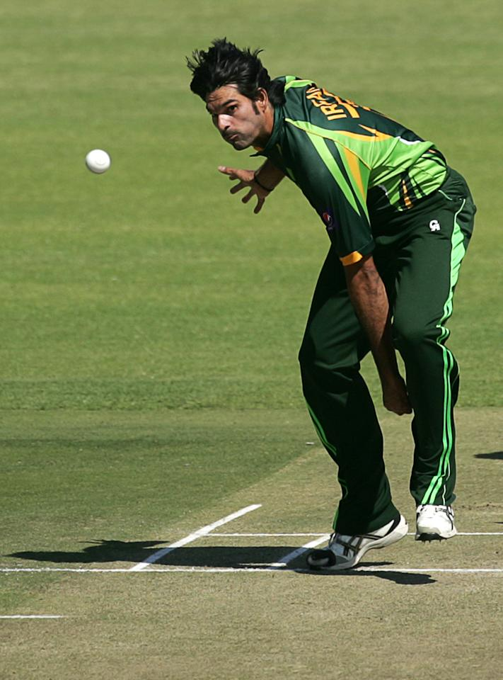 Pakistan bowler Muhammad Irfan throws the ball during the first game of the three matches ODI cricket series between Pakistan and hosts Zimbabwe at the Harare Sports Club on August 27, 2013.    AFP PHOTO / JEKESAI NJIKIZANA        (Photo credit should read JEKESAI NJIKIZANA/AFP/Getty Images)