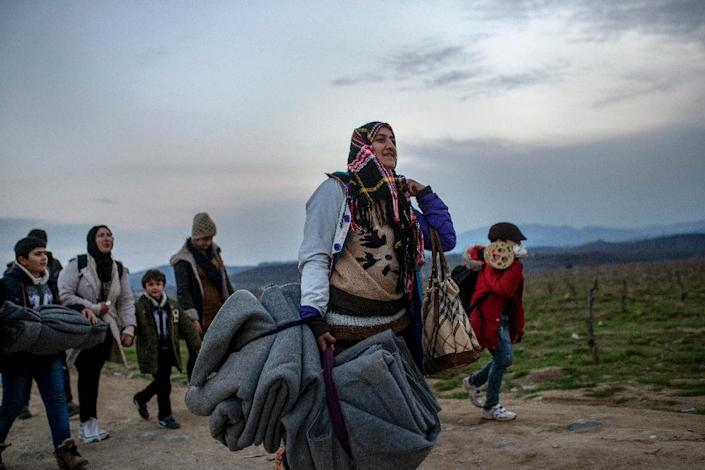 Women and children cross the Greek-Macedonian border near the town of Gevgelija on February 23, 2016 (AFP Photo/Robert Atanasovski)