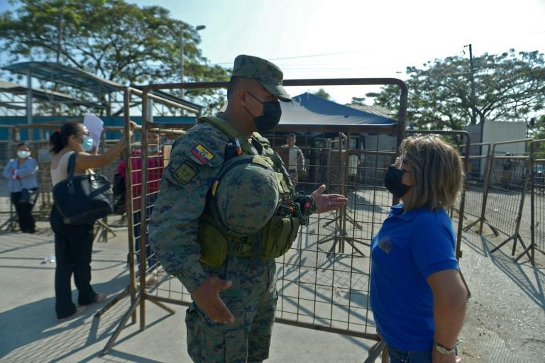 An inmate's relative speaks with a soldier on September 29, 2021 outside the prison in Guayaquil, Ecuador where dozens were killed (AFP/Fernando MENDEZ)