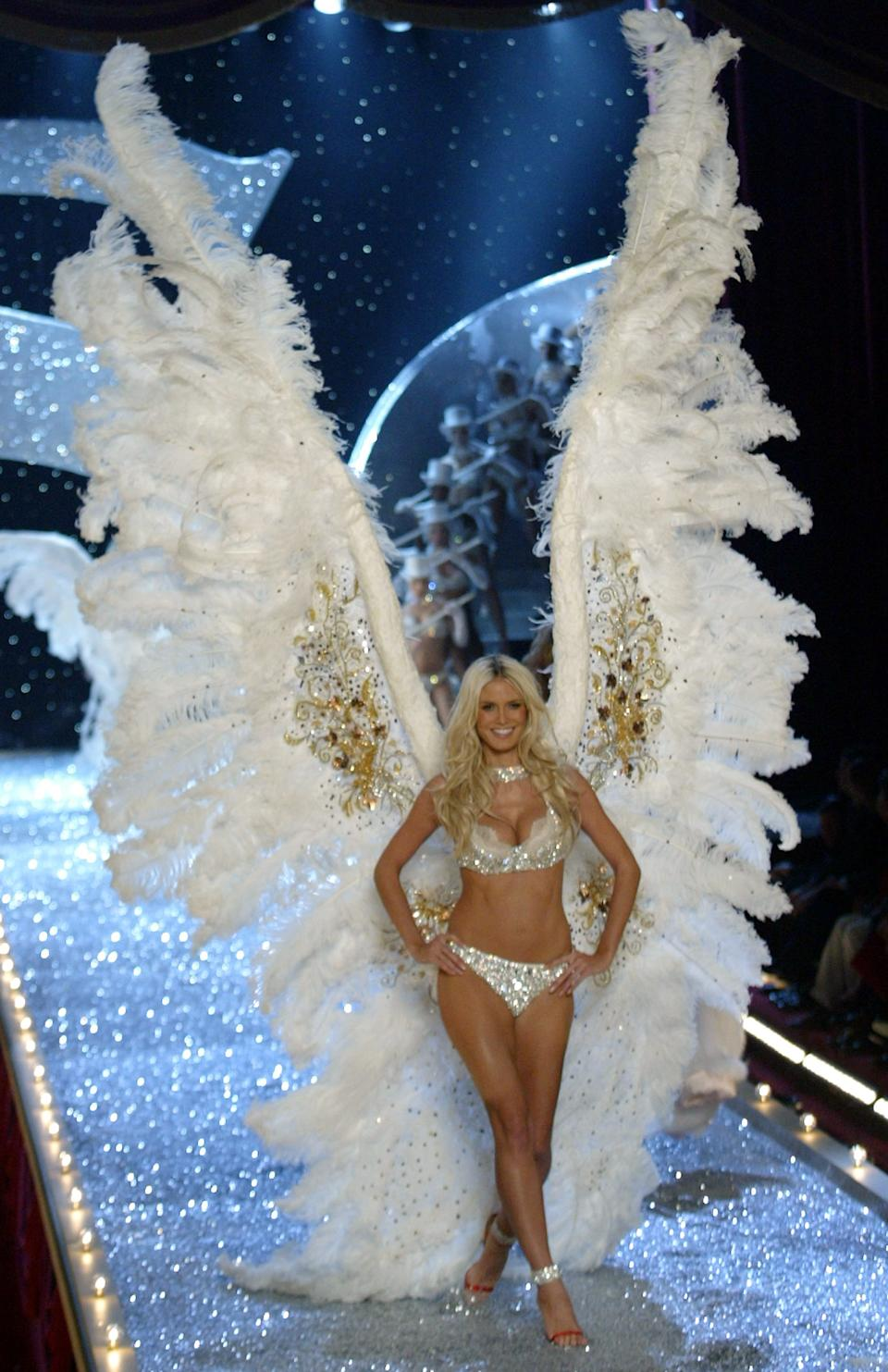 Supermodel Heidi Kluml walks the runway in giant white feather wings during the 2003 Victoria's Secret fashion show in New York, November 13, 2003. REUTERS/Mike Segar - EDITORIAL USE ONLY   PP03110058  MS/GAC
