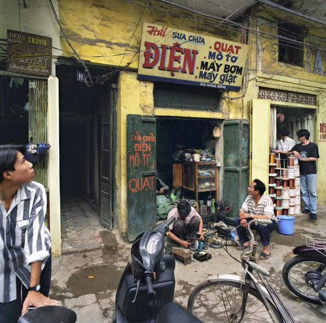 "<p>103 Hàng Bông (Cotton Street), 1995. (© William E. Crawford from the book ""Hanoi Streets 1985-2015: In the Years of Forgetting"") </p>"