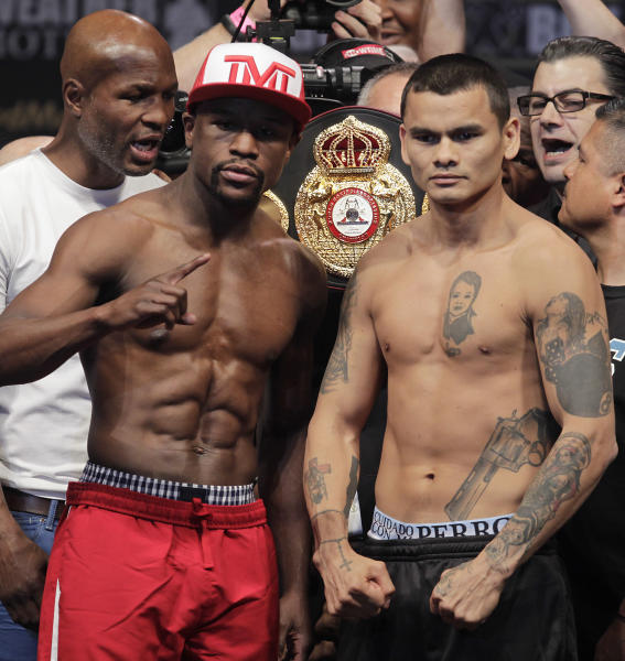 Floyd Mayweather Jr. (L) of US poses with Marcos Maidana of Argentina during their weigh-in at the MGM Grand, in Las Vegas on May 2, 2014 (AFP Photo/John Gurzinski)