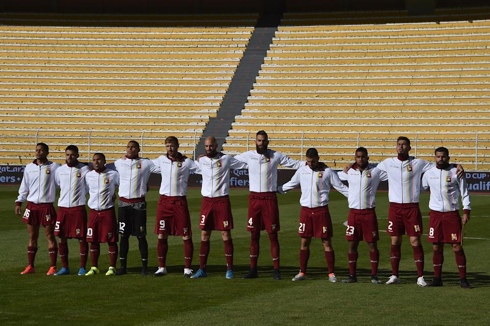LA PAZ, BOLIVIA - JUNE 03: Players of Venezuela stand during the national anthem before a match between Bolivia and Venezuela as part of South American Qualifiers for Qatar 2022 at Estadio Hernando Siles on June 03, 2021 in La Paz, Bolivia. (Photo by Aizar Raldes - Pool/Getty Images)