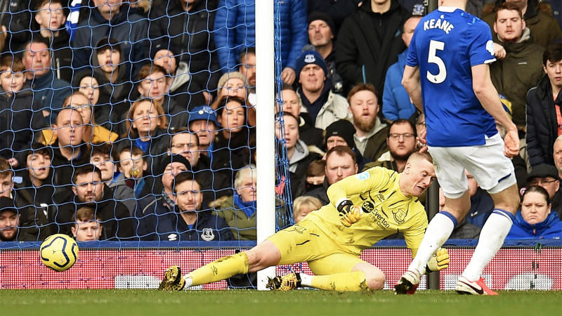 Everton's English goalkeeper Jordan Pickford lets a shot from Crystal Palace's Zaire-born Belgian striker Christian Benteke (not pictured) go through him. (Photo by Oli SCARFF / AFP)