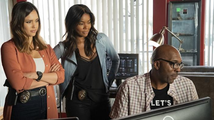 """L.A.'s Finest -- Fox TV Series, L.A.'S FINEST: L-R: Jessica Alba, Gabrielle Union and guest star John Salley in L.A.'S FINEST, making its network television debut Monday, Sept. 21 (8:00-9:00 PM ET/PT) on FOX. .©Sony Pictures Television Cr: Sony Pictures Television/FOX. Jessica Alba, left, Gabrielle Union and John Salley in """"L.A.'s Finest"""" on Fox."""