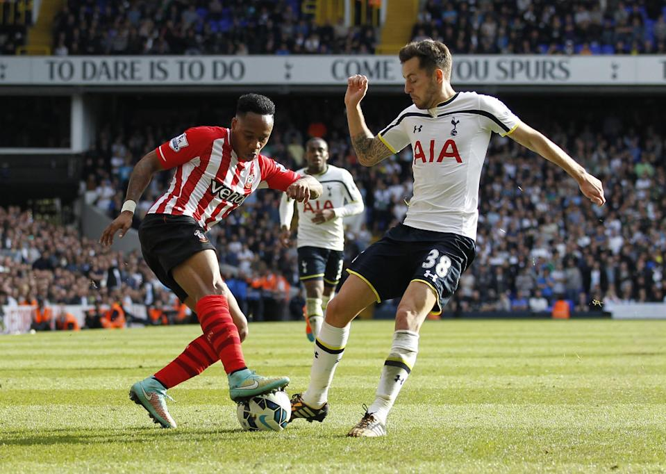 Southampton's Nathaniel Clyne (L) fights for the ball with Tottenham Hotspur's Ryan Mason during their English Premier League match at White Hart Lane in north London, on October 5, 2014 (AFP Photo/Ian Kington)