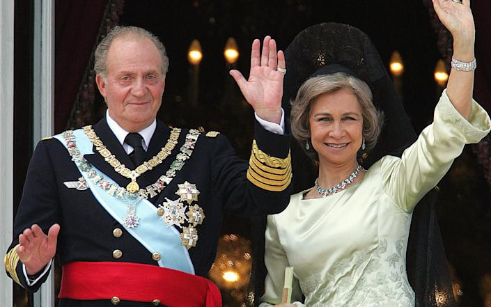 Juan Carlos of Spain and his wife Queen Sofia of Spain salute the crowd from the balcony of the Oriental Palace in 2004