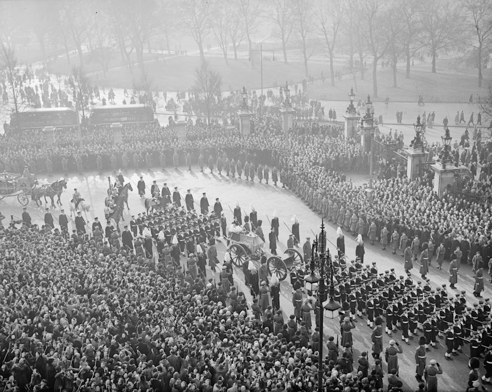16th February 1952:  The funeral procession of King George VI at Marble Arch, London.  (Photo by Express/Express/Getty Images)