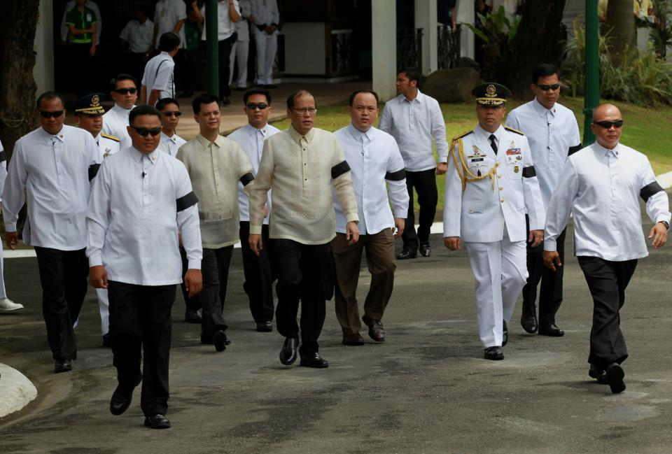 President Benigno S. Aquino III, his Cabinet official and security wore black armbands during the arrival honors for the late Interior and Local Government Secretary Jesse Robredo at the Kalayaan Grounds, Malacanan Palace on Friday (August 24). His remains will lie in state in Kalayaan Hall, Malacanang until Sunday morning (August 26). President Aquino signed Proclamation No. 460, declaring National Days of Mourning starting August 21 to mark the death of the former DILG Chief until his interment. The national flag will be flown at half-mast from sunrise to sunset in all government buildings in the Philippines and in the country's posts abroad for a period of six days. (Photo by: Jay Morales / Malacañang Photo Bureau).