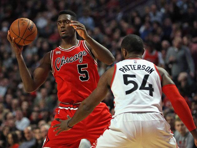 """<a class=""""link rapid-noclick-resp"""" href=""""/nba/players/5482/"""" data-ylk=""""slk:Bobby Portis"""">Bobby Portis</a> spies the competition. (Getty Images)"""