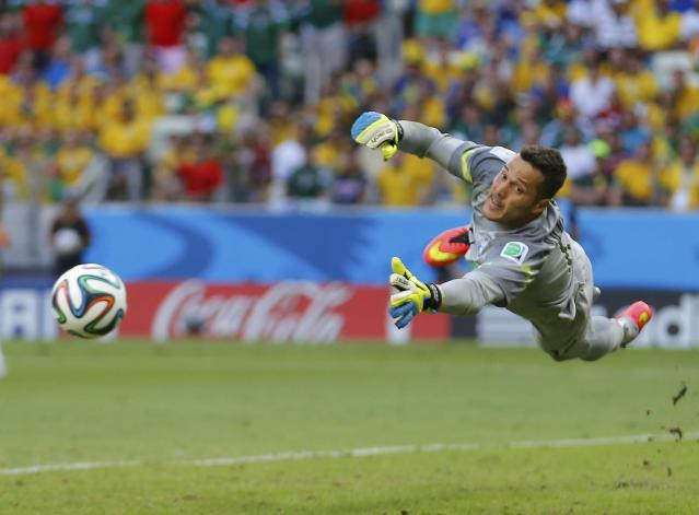 Brazil's goalkeeper Julio Cesar dives for the ball during their 2014 World Cup Group A soccer match against Mexico at the Castelao arena in Fortaleza June 17, 2014. REUTERS/Laszlo Balogh (BRAZIL - Tags: SOCCER SPORT WORLD CUP) TOPCUP