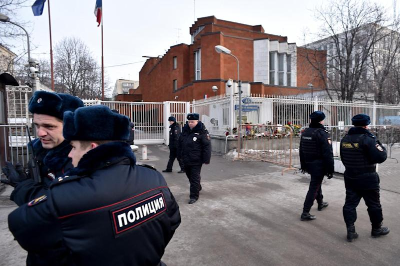 Russian police officers patrol next to the French embassy in Moscow on January 16, 2015 (AFP Photo/Kirill Kudryavtsev)