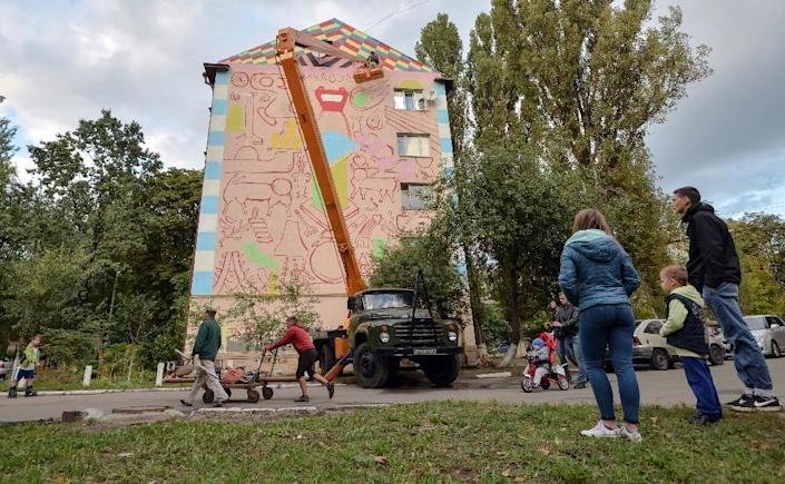 The people of Kiev mostly support the young artists who are giving the city a colourful facelift (AFP Photo/Genya Savilov)
