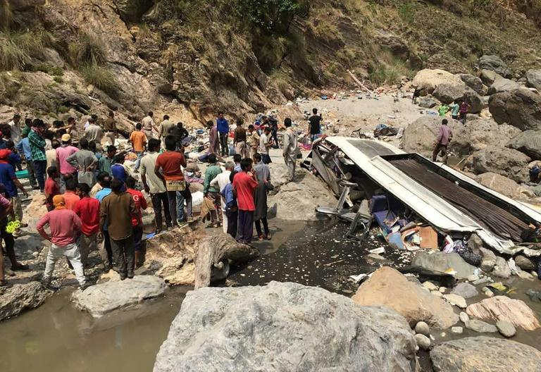El autobús siniestrado en el fondo de un barranco en Chopal, India, el 19 de abril de 2017 A bus has swerved off a mountain road and plunged into a deep ravine in a Himalayan region of northern India, killing at least 44 people, an official said. The bus with 56 passengers on board plunged into a river in northern Himachal Pradesh state