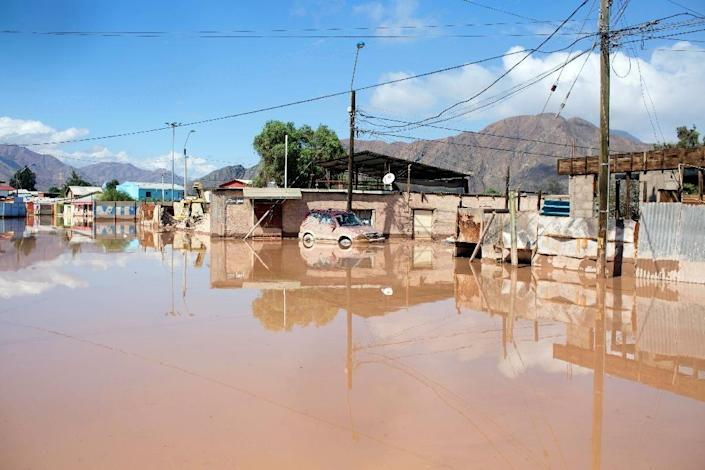 A street flooded by the Copiapo River, which overflowed after heavy rainfall in the city of Copiapo, Chile, March 26, 2015 (AFP Photo/Pablo Sanhueza)