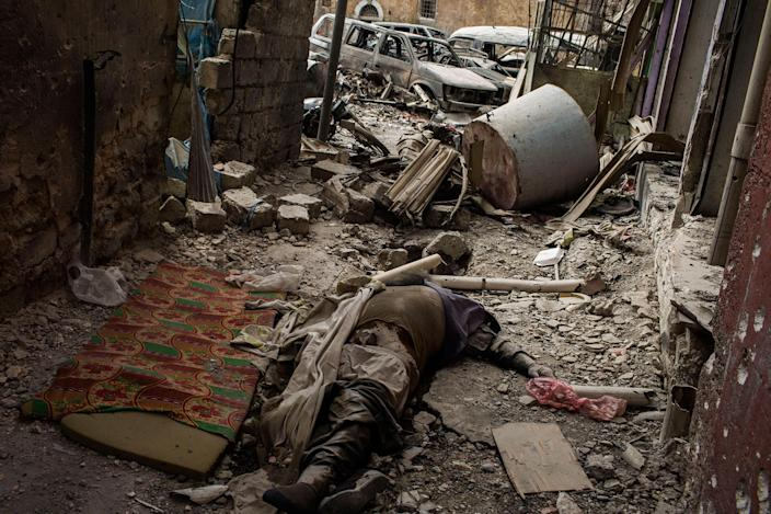 <p>A dead body of an ISIS´s militant lies on the floor in an alley as Iraqi forces continue their advance against Islamic State militants in the Old City of Mosul, Iraq. July 7, 2017. Mosul. Iraq. (Photograph by Diego Ibarra Sánchez / MeMo) </p>