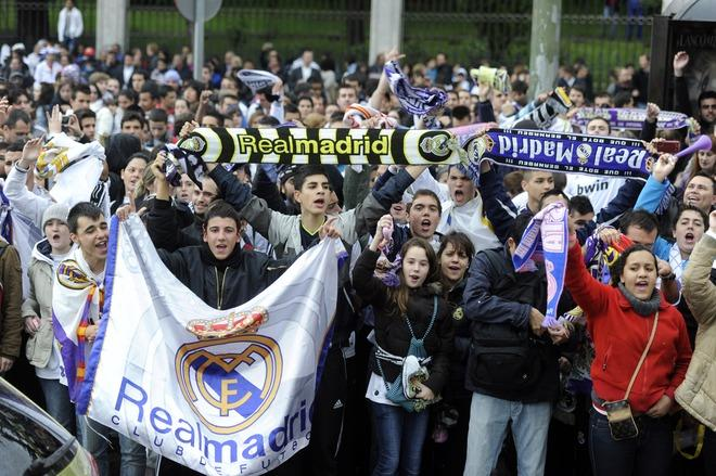 Real Madrid's supporters celebrate at Cibeles square in Madrid on May 3, 2012, a day after Real Madrid won the Spanish league title for the first time since 2008.  Real Madrid's 3-0 away win over Athletic Bilbao sealed the league, putting them seven points clear of last year's winners and arch rivals Barcelona with just two games to go and delivering the team's 32nd league crown.  AFP PHOTO / DOMINIQUE FAGETDOMINIQUE FAGET/AFP/GettyImages