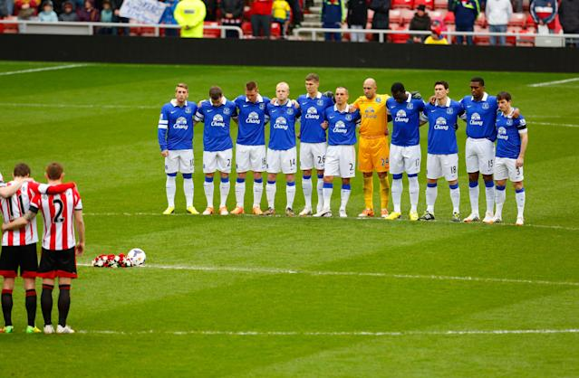 SUNDERLAND, ENGLAND - APRIL 12: Everton observe a minute's silence to mark the 25th anniversary of the Hillsborough disaster prior to the Barclays Premier League match between Sunderland and Everton at Stadium of Light on April 12, 2014 in Sunderland, England. (Photo by Paul Thomas/Getty Images)