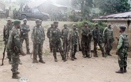 Congolese soldiers from the Armed Forces of the Democratic Republic of Congo (FARDC) receive instructions during their offence against the rebels from the Democratic Forces for the Liberation of Rwanda (FDLR) in Kirumba village of Rutshuru territory in eastern Democratic Republic of Congo, February 28, 2015. REUTERS/Kenny Katombe