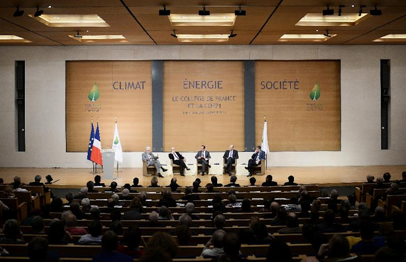French President Francois Hollande (C), flanked by (L to R) professors Philippe Descola, Alain Prochiantz, Edouard Bard and Jean-Marie Tarascon, takes part in a meeting on Cop 21 climate summit on November 9, 2015 at the College de France in Paris (AFP Photo/Stephane De Sakutin)