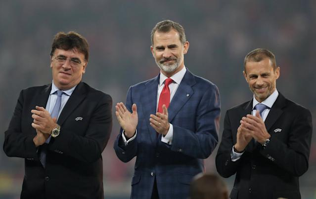 Soccer Football - Europa League Final - Olympique de Marseille vs Atletico Madrid - Groupama Stadium, Lyon, France - May 16, 2018 Spain's King Felipe VI (C) and UEFA President Aleksander Ceferin (R) during the medal ceremony on the pitch after the match REUTERS/Peter Cziborra