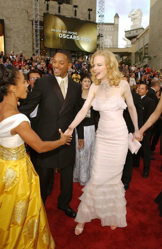 Saying hello to Will and Jada Pinkett Smith at the 2001 Academy Awards, her first without Tom Cruise by her side