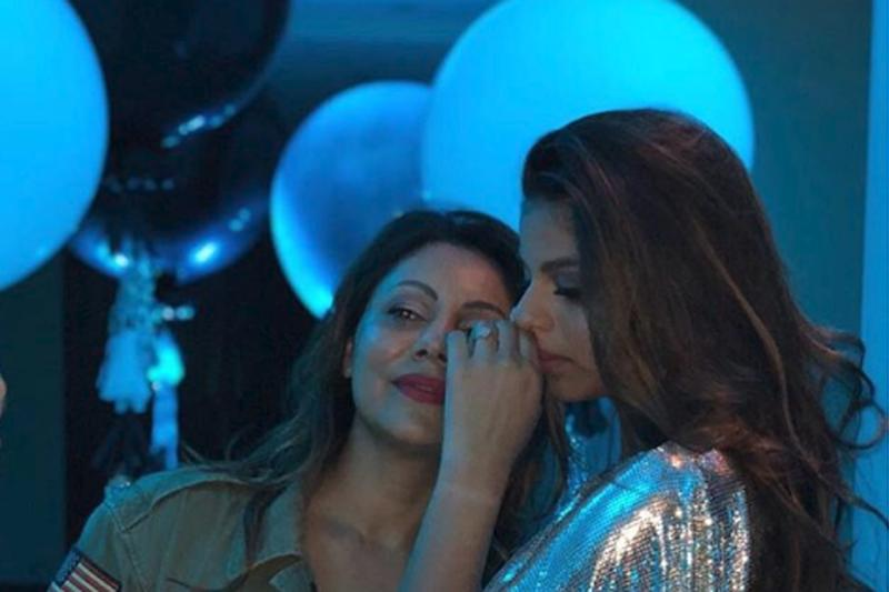 SRK's Reaction to This Gorgeous Photo of Gauri, Suhana Will Make You Love Him Even More