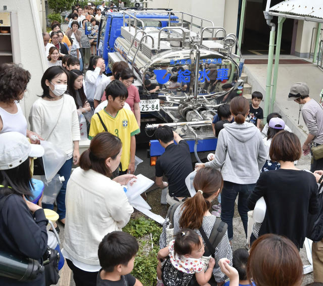 <p>People gather to receive clean drinking water delivered from a special vehicle after an earthquake hit Takatsuki city, Osaka, western Japan, Monday, June 18, 2018. (Photo: Keiji Uesho/Kyodo News via AP) </p>