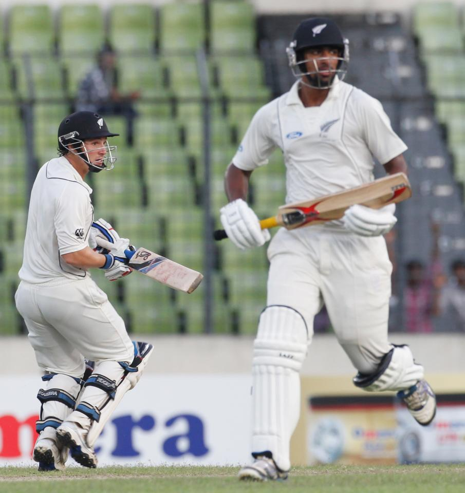 New Zealand's Ish Sodhi (R) and BJ Watling crun between the wickets against Bangladesh, during their third day of second test cricket match of the series in Dhaka October 23, 2013. REUTERS/Andrew Biraj (BANGLADESH - Tags: SPORT CRICKET)