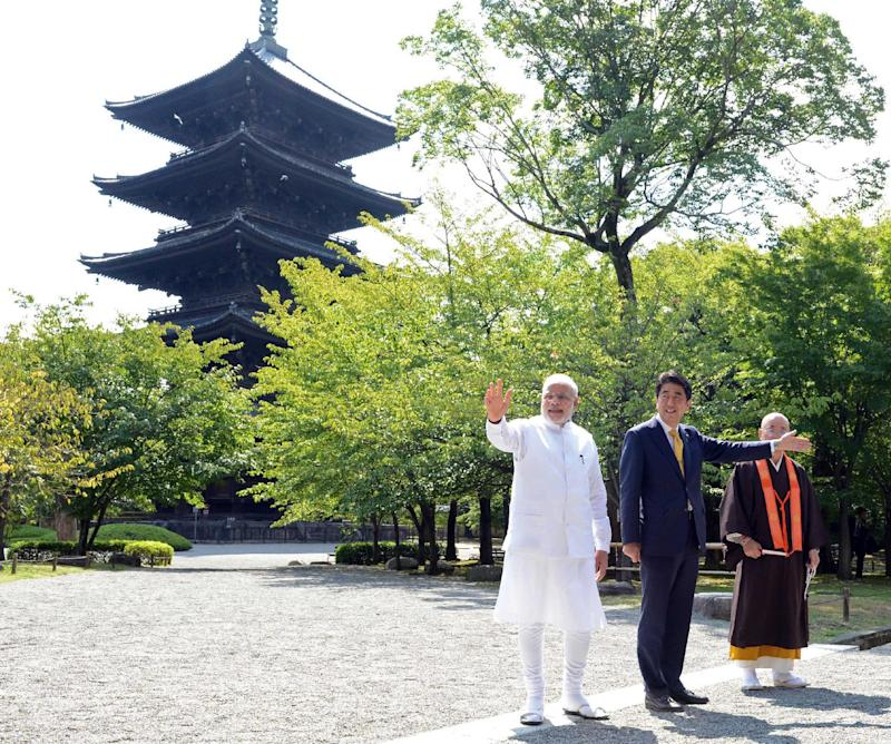 Indian Prime Minister Narendra Modi (L) and Japanese Prime Minister Shinzo Abe (2nd R) during a visit to Toji Temple in Kyoto, western Japan on August 31, 2014