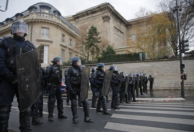 1700 arrested in France, Paris takes stock of destruction
