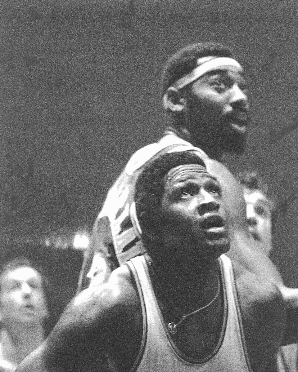 UNITED STATES - MAY 08:  Willis Reed of the Knicks (foreground) and Wiilt Chamberlain of the Lakers as time runs out in game at Madison Square Garden.  (Photo by Dan Farrell/NY Daily News Archive via Getty Images)