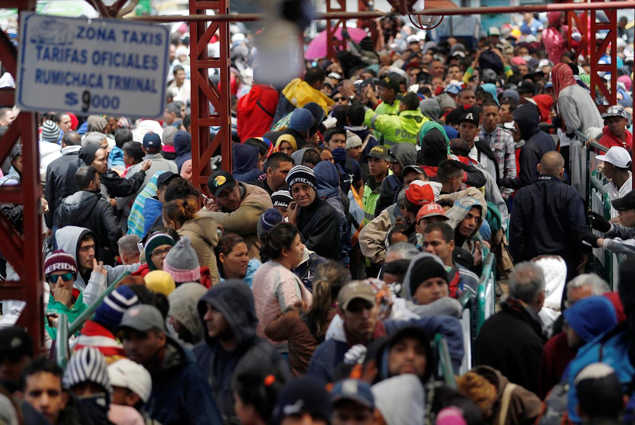 <p>Venezuelan migrants stand in line to register their exit from Colombia before entering into Ecuador, at the Rumichaca International Bridge, Colombia, Aug. 9, 2018. (Photo: Daniel Tapia/Reuters) </p>