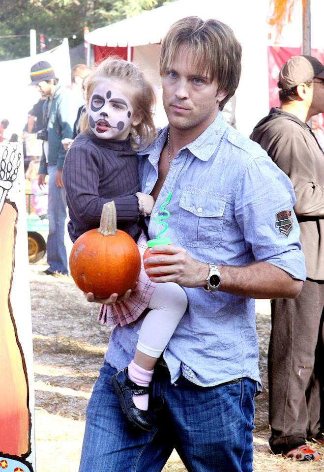 "Larry Birkhead carries daughter Dannielynn and a drink. Doesn't she look like her mom, Anna Nicole Smith? IONU-Campos/<a href=""http://www.x17online.com"" target=""new"">X17 Online</a> - October 11, 2009"