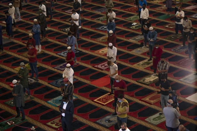 Social distancing is observed at the Mohammad al-Amin Mosque in Beirut, Lebanon