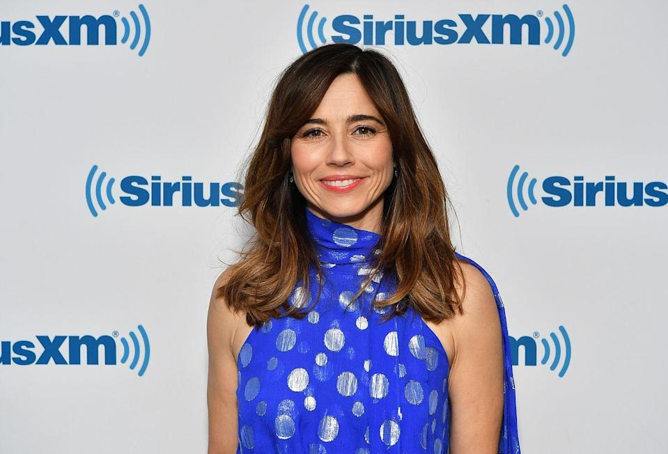 """<p>Take a subtle chestnut ombré to the next level with side bangs, like <strong>Linda Cardellini</strong>. This style looks cool with effortless, random waves thrown in. </p><p><a class=""""link rapid-noclick-resp"""" href=""""https://www.amazon.com/dp/B07F7S92PG/?tag=syn-yahoo-20&ascsubtag=%5Bartid%7C10055.g.34691983%5Bsrc%7Cyahoo-us"""" rel=""""nofollow noopener"""" target=""""_blank"""" data-ylk=""""slk:SHOP LARGE BARREL CURLING WAND"""">SHOP LARGE BARREL CURLING WAND</a></p>"""