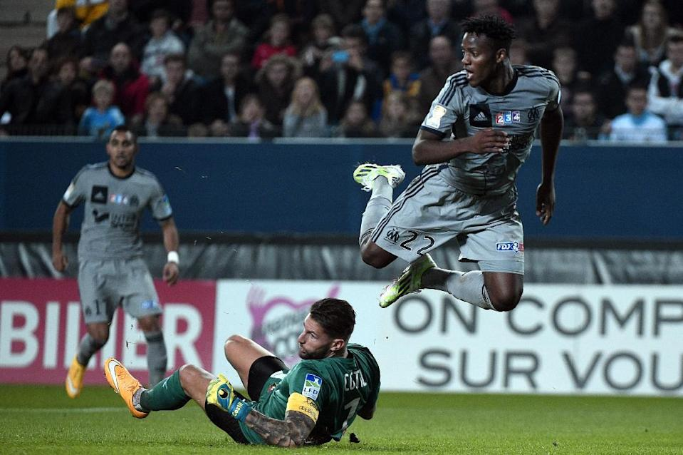 Marseille's Michy Batshuayi (R) fights for the ball with Rennes' goalkeeper Benoit Costil, during their French League Cup match, at the route de Lorient stadium in Rennes, western France, on October 29, 2014 (AFP Photo/Damien Meyer)