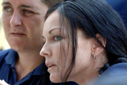 Convicted Australian drug trafficker Schapelle Corby (R)