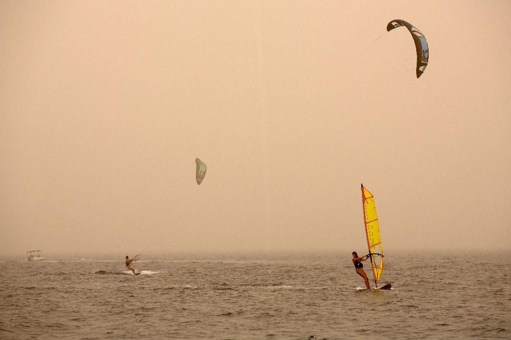 Israelis and tourists practice kitesurfing and windsurfing in the Israeli red sea resort city of Eilat, on September 8, 2015 (AFP Photo/Menahe Kahana)