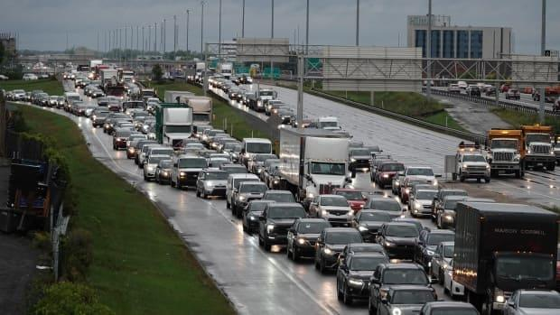 Vehicles heading towards Montreal are at a standstill on a stretch of Highway 15 in Laval, after a car collided with a large structure that holds up road signage. (Stéphane Grégoire/Radio-Canada - image credit)