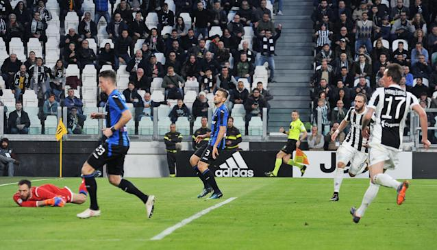 Juventus' Gonzalo Higuain scores his side's first goal during the Italian Serie A soccer match between Juventus and Atalanta at the Allianz Stadium in Turin, Italy, Wednesday, March 14, 2018. (Alessandro Di Marco/ANSA via AP)
