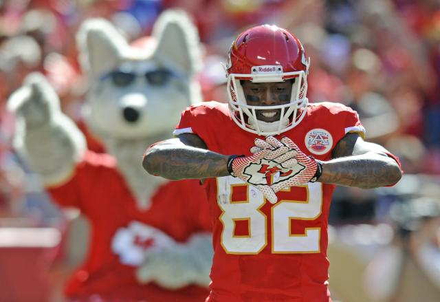 Kansas City Chiefs wide receiver Dwayne Bowe celebrates his touchdown against the New York Giants during the second half of their NFL football game in Kansas City, Missouri September 29, 2013. REUTERS/Dave Kaup (UNITED STATES - Tags: SPORT FOOTBALL)