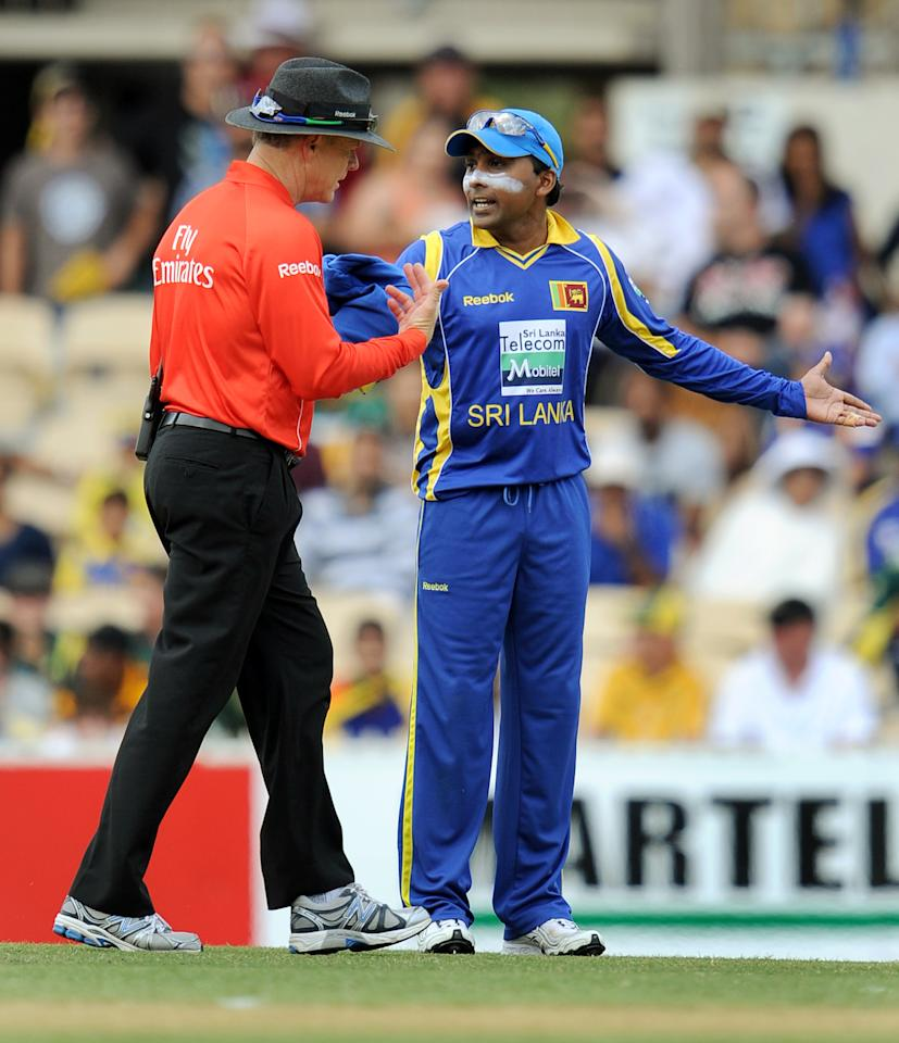 Sri Lanka's captain Mahela Jayawardene (R) argues with umpire Bruce Oxenford (L) over a no-ball call during the second international one-day cricket final in Brisbane on March 6, 2012.